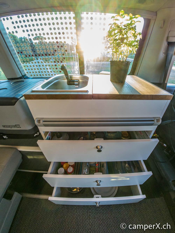 der ultimative innenausbau f r ihren vw california beach. Black Bedroom Furniture Sets. Home Design Ideas